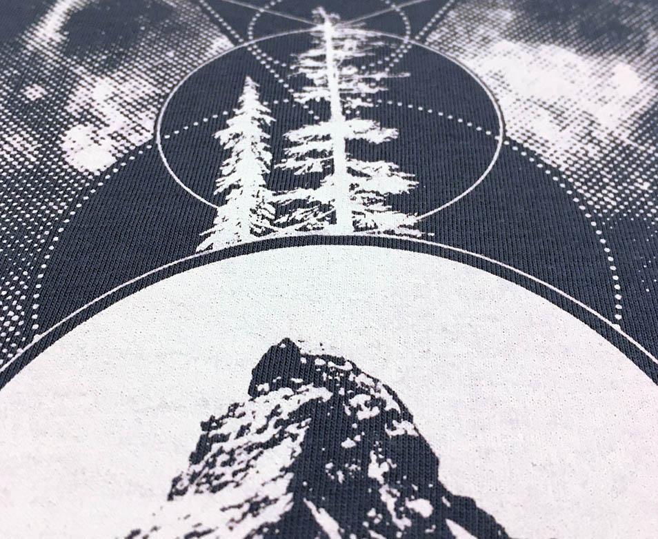Spiritual Particles Shirt für Jungs, Eule, Berg, Baum, Galaxie, Kreisen, Dreiecken, spirituelle Grafiken, motive, waldbrand shirts, tattoo art, totem
